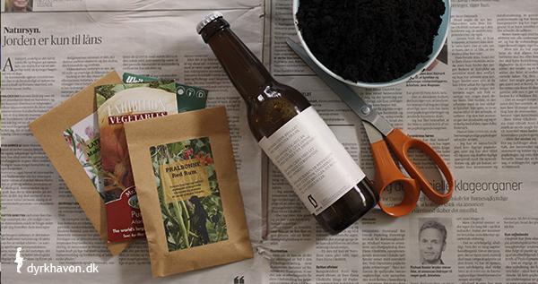 For at lave potter af avispapir til frø og spirer, skal du bruge frø, såjord, saks, avis og flaske - Dyrkhaven.dk gør det nemt at dyrke dine have